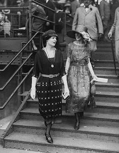 Two stylishly attired 1920s ladies attending a sporting event. #vintage #fashion #1920s #dress
