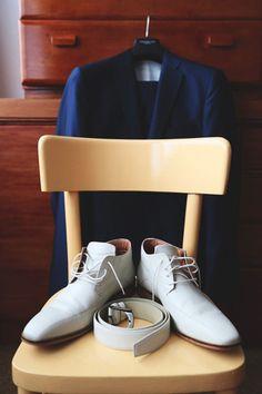 de schoenen riem en pak van de bruidegom