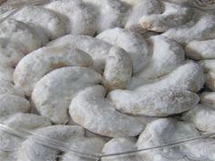Resep Kue Putri Salju - Nah untuk Kue Kering yang satu ini, udah sering kita jumpai terutama pada acara-acara besar seprti Lebaran, Natal atau Imlek sama seperti Kue Kering Nastar Keju dan juga Kue Kering Kastengel.