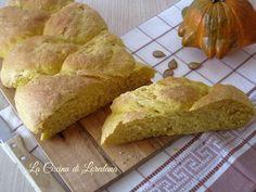 Il Pane soffice alla zucca è un morbidissimo pane dal sapore dolce, ideale per accompagnare salumi e formaggi, ma anche per un deliziosa merenda o colazione