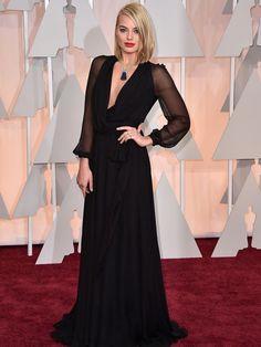 Margot Robbie con un escotado vestido de Yves Saint Laurent