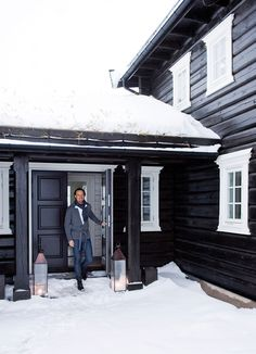 Outside color? Winter Cabin, Mountain Living, Log Homes, Country Style, Black And Brown, Lillehammer, Entryway, Cottage, Exterior