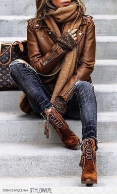 We love this autumnal look. The leather jacket, skinny dark denim jeans and lace up suede boots is a great fashionable outfit this fall. | Fall Outfits for women