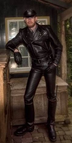A lingering atmosphere of dominance and pleasure is in the air. Leather Gloves, Leather Men, Black Leather, Leather Jackets, Everybody's Darling, Leather Motorcycle Pants, Motorbike Leathers, Fashion Night, Black Men