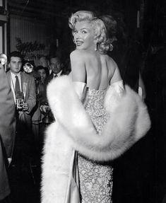 """""""Marilyn Monroe ready to face an adoring public at the premiere of """"How to Marry a Millionaire"""" in Hollywood Icons, Hollywood Star, Hollywood Glamour, Hollywood Actresses, Classic Hollywood, Hollywood Party, Vintage Hollywood, Joe Louis, Gentlemen Prefer Blondes"""