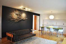 DIY déco avec branches d'arbre et bois flotté, canapé droit, tapis shaggy, sol…