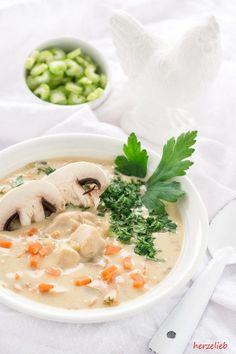 Rezepte von Oma sind einfach Klasse - mit diesem Rezept gelingt eine cremige Hühnersuppe ganz leicht. Wärmt und tut gut!