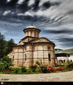 Manastirea Cozia Cathedrals, Romania, Decoupage, Beautiful Places, To Go, Castle, Dreams, Spaces, Country
