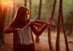 Keman çalan şirin, tatlı, hoş kız