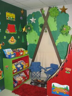Teaching kids with an enjoyable camping theme? Here are some outdoor camping style lesson strategies, activities ideas and more. Whether you are establishing a year long class decoration scheme or jus Forest Classroom, Classroom Door, Classroom Setup, Classroom Design, Classroom Displays, Future Classroom, Preschool Rooms, Kindergarten Classroom, Preschool Reading Corner