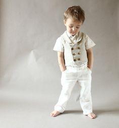 Tenue de fête de mariage lin garçons (tailles 2 à 8 ans) Une tenue pantalon et gilet élégant et branché pour votre petit homme:). Gilet est fabriqué à partir de lin, entièrement doublé d'un tissu coton et a 3 bouton de fermeture. Peut être porté avec chemise ou aussi semble très tendance avec des t-shirt. Regarde grand avec pantalon classique, des shorts ou des jeans aussi bien. Pantalons sont aussi faits de tissu de lin. Pantalon a deux poches obliques et ceinture élastique. Look très chic…