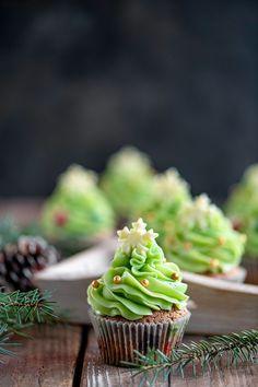 Joulumausteilla maustetut kuppikakut voit koristella helposti joulukuusen näköiseksi. Koristelussa voit käyttää mielikuvitusta. Valmiit koristerakeet tekevät kuusista persoonallisia ja niiden koristeluun osallistuu mielellään lapsetkin. Margarita, Cupcakes, Desserts, Recipes, Food, Tailgate Desserts, Cupcake Cakes, Deserts, Recipies