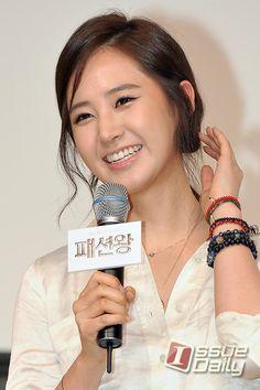 [이슈포토] 소녀시대 유리, 팬들의 환호에 쑥스러~ / 이슈데일리 / April 2, 2012 / #Yuri #SNSD
