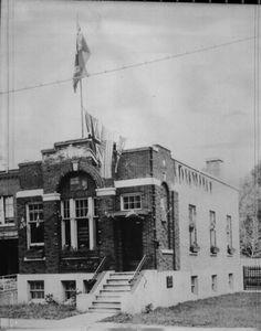 <p>Ce bar loge dans des locaux érigés en 1931 par la Eastern Townships Telephone Company. Entre le lieu où vous vous trouvez et le bar, il y avait de grands jardins.</p>