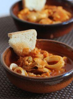 Dalla tradizione toscana, il caciucco alla livornese, una tradizionale zuppa di pesce e pomodoro.