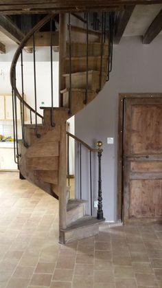 Escalier ancien en chêne en colimaçon, rampe acier vieilli et main courante en chêne (photo)