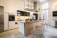 La doble altura de este espacio, diseño de Tete Anavitarte (Casacor, Perú), permite el desarrollo de una cocina vertical, amplia y aireada. El blanco impol