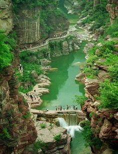 4 Days #Zhengzhou,Jiaozuo and Luoyang Tour will enjoy the beautiful scenery and culture in central China and covers famous Yuntai Mountain tour in Jiaozuo and Longmen grottoes tour in Luoyang. http://www.holidaychinatour.com/tour_view.asp?id=385
