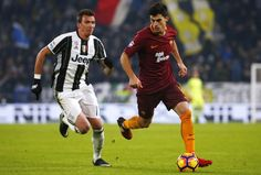 Juventus' forward Mario Mandzukic of Croatia (L) vies with AS Roma's forward Diego Perotti of Argentina during the Italian Serie A football match Juventus Vs As Roma on December 17, 2016 at the 'Juventus Stadium' in Turin.  / AFP / MARCO BERTORELLO