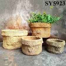Resultado de imagem para criar vasos decorados de plasticos com cimento