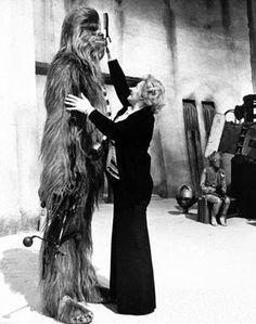 Make-up artist Kay Freeborn making sure Chewbacca looks right on the set of 'Star Wars: A New Hope' Star Wars Love, Star Trek, Chewbacca, Peter Mayhew, Geeks, Starwars, Amour Star Wars, Dark Vader, Por Tras Das Cameras