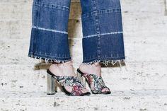 Night night com  desse duo incrível: pantacourt jeans @dzarmoficial e mule @lojapaulatorres. Para #shop os achados das duas brands na nossa curadoria é só clicar no link da bio. . . . #shoponline #looks #ootd #fashionista #moda #fashion #style #instastyle #instamoda #picoftheday #looks #cool #beautiful #amazing #instafashion #tips #dicasdemoda #tendencia #trendy #chic  #denim #jeans