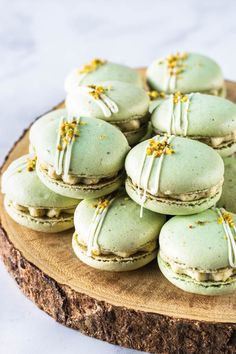 Pistachio Macarons, with a Pistachio Cream Cheese Filling. Includes video on how to make these macarons, and step-by-step intructions! Pistachio Macarons, Pistachio Cream, Pistachio Dessert, French Macaroon Recipes, French Macaroons, Just Desserts, Delicious Desserts, Yummy Food, Baking Recipes
