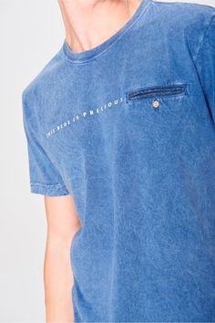 Camiseta Tingida com Bolso Masculina - Damyller-smartphone Stylish Men, Men Casual, Denim Jacket Men, Mens Tees, Casual Shirts, Mens Fashion, Fashion Outfits, Shirt Designs, Menswear