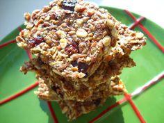 Batoane de cereale: - 2 mere;  - 1/4 cană cu fulgi de ovăz, măcinaţi în robotul de bucătărie;  - 1/2 cană cu in mărunţit şi seminţe de chia;  - 2 linguri cu zeamă de lămâie;  - miere de albine, după gust;  - 1/3 cană cu merişoare;  - puţină scorţişoară, nucşoară şi ghimbir proaspăt răzuit.