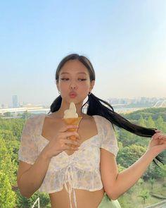 Kim Jennie, Rapper, Sacs Louis Vuiton, Idol, Kim Jisoo, Blackpink Photos, Blackpink Fashion, Before Us, Photo Instagram