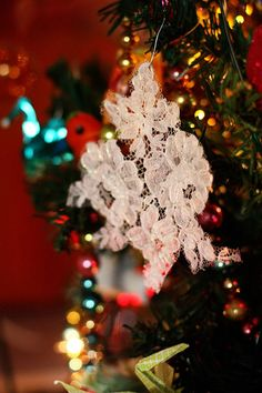 Bring the beauty of winter to your tree this Christmas with these Easy Lace Snowflake Ornaments. All the fun and none of the cold, these easy Christmas crafts are the perfect addition to your holiday season. Vintage Christmas Crafts, Victorian Christmas, Retro Christmas, Christmas Crafts For Kids, Simple Christmas, Holiday Crafts, Christmas Diy, Xmas, July Crafts