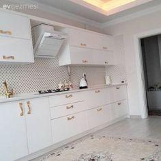 Hatice hanımın klasik ve şık bir stili tercih ettiği evinin beyaz ve altın renklerin kullanıldığı mutfağı ve avangart stil salonundan kareler sizlerle.. Buyrun konuk olalım..