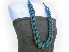 Ähnliche Artikel wie Wählen Sie Ihre Farbe. Lange Halskette, Baumwolle-Kette, Knoten, stricken gestrickt Schmuck. Faser-Halskette auf Etsy
