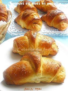 Cornuri pufoase cu nuci si nutella My Recipes, Bread Recipes, Cake Recipes, Dessert Recipes, Cooking Recipes, Pastry And Bakery, Pastry Cake, Focaccia Bread Recipe, Romanian Food