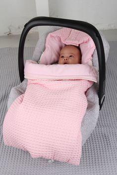 De baby slaapzak Antwerp is gemaakt van wafel en van binnen gevoerd met flanel. Dit artikel is te gebruiken in zowel de baby autostoel als in de buggy door de handige gordel/bevestigings gaten. Dez...