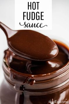 EASY Hot Fudge Sauce - Only 5 ingredients and 10 minutes to make! Super rich, smooth and decadent. This homemade hot fudge tastes amazing on ice cream, cakes, pies. Chocolate Sauce Recipes, Chocolate Fudge Sauce, Fudge Recipes, Baking Recipes, Hot Fudge Sauce Recipe Cocoa, Homemade Chocolate Sauce, Candy Recipes, Chocolate Dipping Sauce, Hot Fudge Sauce Recipe Evaporated Milk