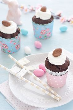 I Cupcakes di Pasqua con ovetti al cioccolato è una ricetta di quelle che piacciono a noi: facile facile, veloce , golosa....e pure chic! Gli ingredienti per prendere per la gola grandi e piccini ci sono tutti: panna montata ed ovetti di cioccolato! La particolarità di questi cupcakes è data dal fatto che gli ovetti di cioccolato non serviranno solo per la decorazione ma li useremo anche nell'impasto!....insomma una vera e propria golosità! Gli ovetti di cioccolato in questo periodo non m...