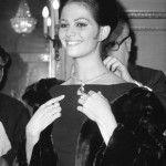 Claudia Cardinale in visita nel 1962 all'esposizione di Bulgari presso l'ambasciata italiana di Parigi - Publifoto:olycom