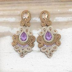 #soutache #earring #soutachechile #soutacheearrimg Angie (@artimesis) • Fotos y vídeos de Instagram Soutache Necklace, Tassel Earrings, Shibori, Beaded Embroidery, Boho Jewelry, Earrings Handmade, Jewerly, Instagram, Beads