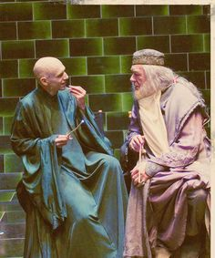 Ralph Fiennes (Voldemort) and Richard Harris (Dumbledore) on the set of Harry Potter. Photo Harry Potter, Harry Potter Poster, Mundo Harry Potter, Harry Potter Actors, Harry Potter Pictures, Harry Potter Universal, Harry Potter Fandom, Harry Potter World, The Burrow Harry Potter