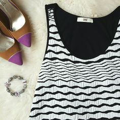 {ISSI} Black & White Scoop Neck Flowy Tank Top -Great quality material  -95% rayon, 5% Spandex  -Hand wash -Excellent condition ⭐HP 2/15/16 Casual Chic ⭐HP 2/19/16 Best in Tops  📷 by @alinasher Tops Tank Tops