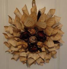 Kranz aus alten Buchseiten. Dekoriert mit getrockneten Rosen und Fruchtständen
