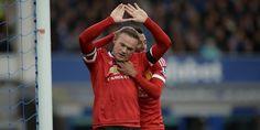 #WayneRooney #ManchesterUnited #Everton #LigaInggris Wayne Rooney tampil apik saat Manchester United meraih kemenangan telak 3-0 saat bertandang ke Goodison Park, markas Everton, Sabtu (17/10/2015). Tiga gol kemenangan Setan Merah pada laga tersebut dicetak oleh Morgan Schneiderlin, Ander Herrera, dan Wayne Rooney. Khusus Rooney, gol ini mengakhiri penantian dia mencetak gol di kandang lawan pada laga Premier League sejak November 2014. Rooney ju