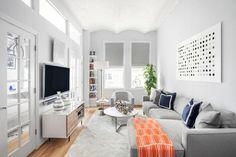Ce salon en longueur doit s'accommoder d'une largeur réduite, seule la longueur permettant d'avoir un espace suffisant pour un salon digne de ce nom.