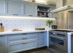 aonze-arquitetura-cozinha-azul-iluminada-com-led (Foto: J. Vilhora/Divulgação) Diy Kitchen Decor, Interior Design Kitchen, Kitchen Dining, Interior Decorating, Kitchen Cabinets, Home Decor, Kitchen Ideas, Room Kitchen, Kitchen Colors
