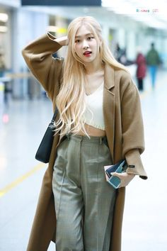 Your source of news on YG's current biggest girl group, BLACKPINK! Please do not edit or remove the logo of any fantakens posted here. Blonde Hair Korean, Rose Blonde Hair, Blackpink Fashion, Korean Fashion, 1 Rose, Jennie Blackpink, Airport Style, Airport Fashion, Role Models