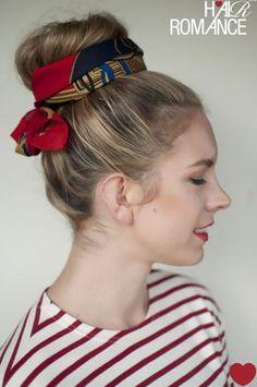 シニヨンにスカーフを巻いて。個性あるヘアスタイルがシンプルなファッションへのアクセントになります。服装とのコーデを考えてスカーフを選ぶのがポイント。