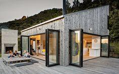 Se billederne af huset i New Zealand på en fredfyldt skråning midt i den fantastiske natur cirka 50 kilometer nord for Auckland.
