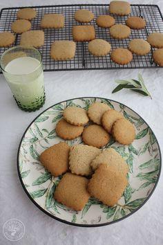 Galletas de aceite de oliva virgen extra o Galletas de aove, facilísimas de elaborar, riquísimas y mucho más sanas que cualquier galleta que podamos comprar. Perfectas para el desayuno o para la merienda, con un buen vaso de leche. Estas galletas de aceite de oliva virgen extra tienen un toque a limón y a canela Brownie Cookies, Pretzel Bites, Crepes, Sweet Recipes, Muffin, Food And Drink, Sweets, Bread, Vegan