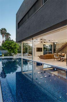 Intérieur design moderne d'une maison avec piscine encastrée